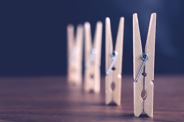 Close-up van de wasknijpers gerangschikt op de tafel