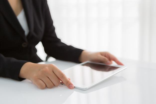 Close-up van de werknemer met tablet