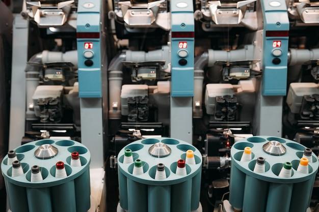 Close-up van de werktuigmachine, machines. fabriek voor de productie van draden en stoffen.