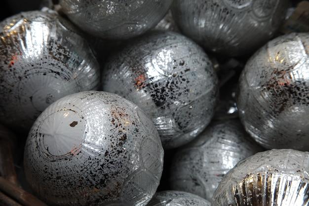 Close-up van de zilveren kerstballen van een kerstboom