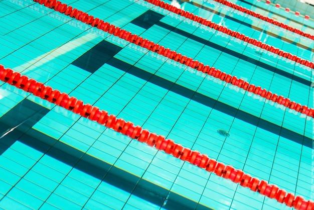 Close-up van de zwembadbanen