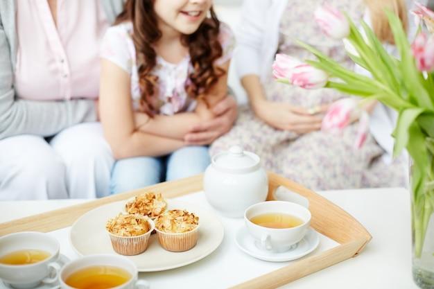 Close-up van dienblad met cupcakes en kopjes thee