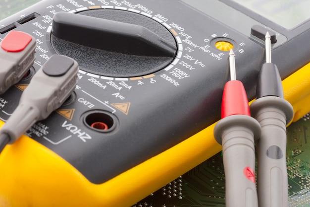 Close-up van digitale multimeter op elektronische circuit