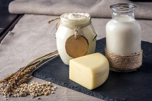 Close up van diverse eco boerderij melkproducten