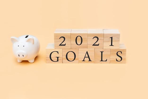 Close-up van doelen en spaarvarken op beige achtergrond nieuwjaars planning concept bovenaanzicht