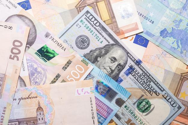 Close-up van dollar de euro hryvnia. de textuur van de valuta's van verschillende landen.
