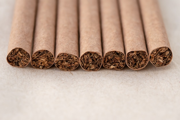 Close up van donkere sigaren op een neutrale achtergrond