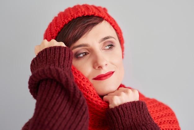 Close-up van doordachte jonge vrouw