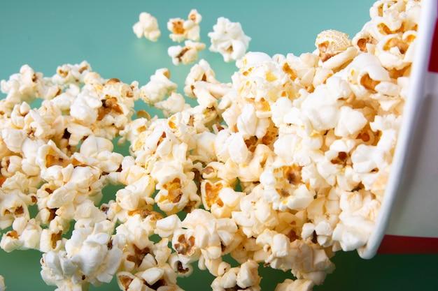 Close-up van doos met gemorste popcorn