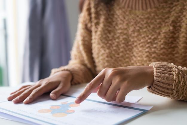 Close-up van drukke analisten die gegevens van een sociale enquête bekijken
