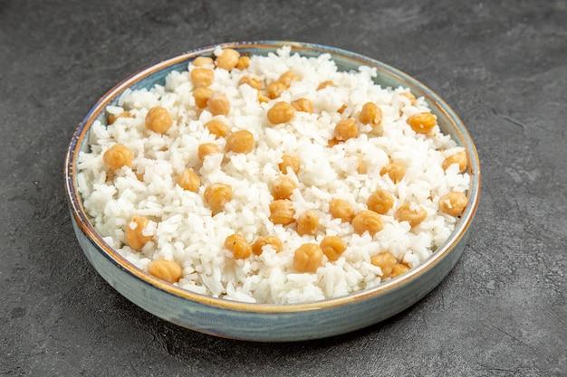 Close-up van easy-make vooruit erwten en rijstmaaltijd voor het diner op donker
