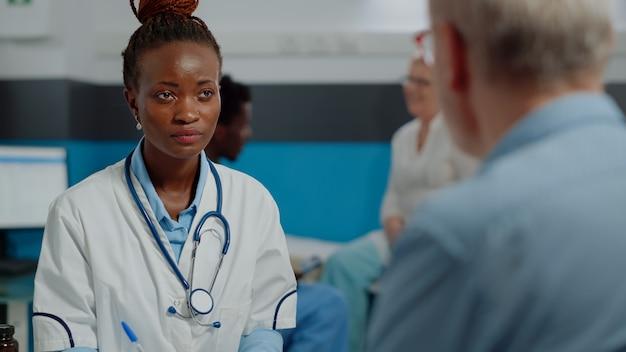 Close-up van een afro-amerikaanse arts die overleg doet