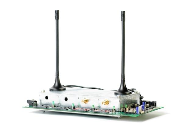 Close-up van een antenne met draden die naar een elektronische printplaat en elektronische apparaten leiden