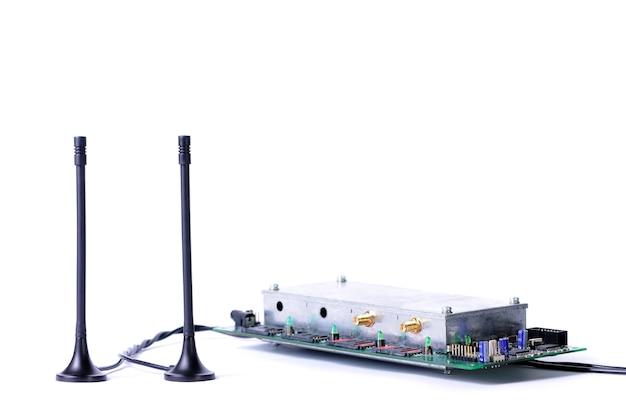 Close-up van een antenne met draden die naar een elektronische printplaat leiden