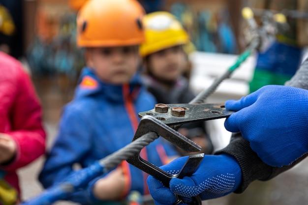 Close-up van een apparaat om veilig over kabelbanen te lopen