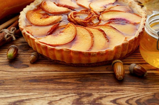 Close up van een appeltaart taart op houten tafel