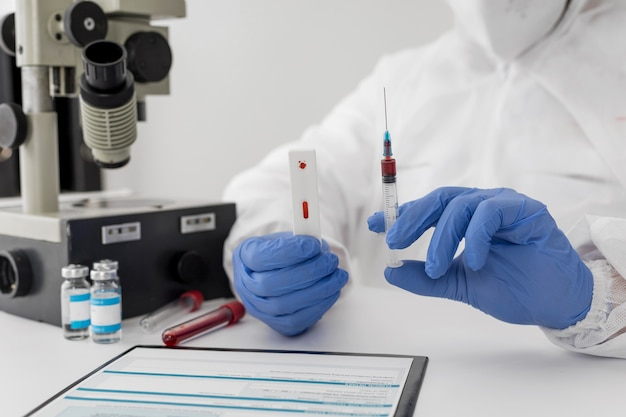 Close-up van een arts die een bloedmonster houdt