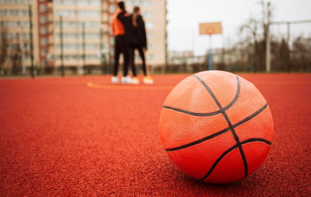Close-up van een basketbal buitenshuis