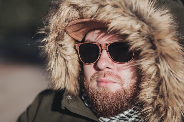 Close-up van een bebaarde man in een bontkap. winter concept