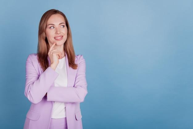 Close-up van een bedachtzame agent lady finger chin look lege ruimte op blauwe muur