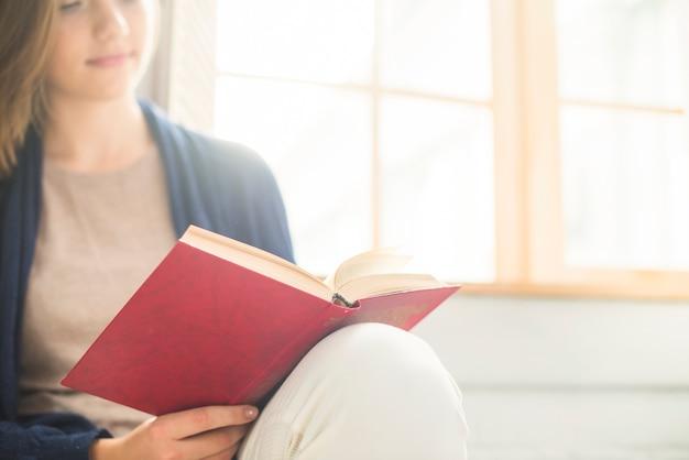 Close-up van een boek van de vrouwenlezing thuis