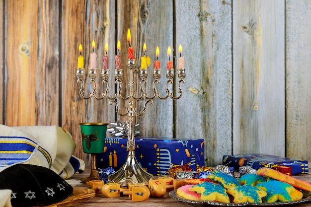 Close-up van een brandende chanoeka-kandelaar met kaarsen menorah