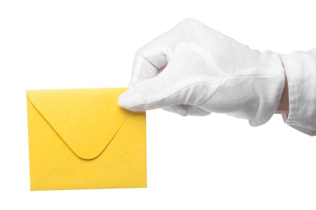 Close-up van een butler die een envelop houdt.