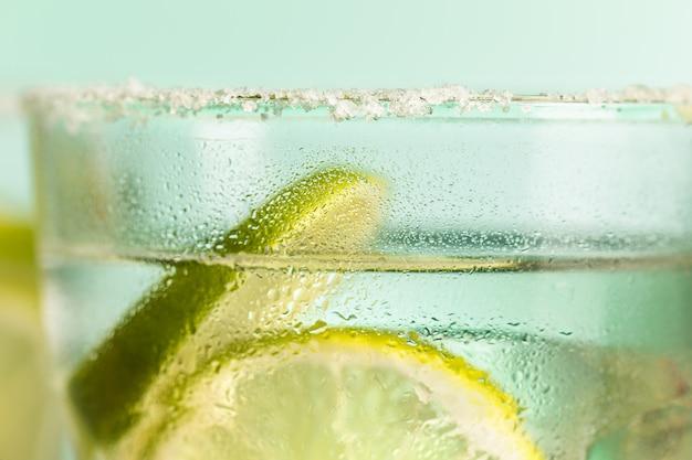 Close-up van een cape cod cocktail of wodka cranberry op een blauw