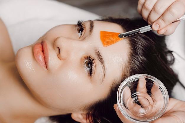 Close up van een charmante vrouw met anti-leeftijdsmasker in een kuuroord.