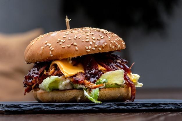 Close-up van een cheeseburger met bbq-saus