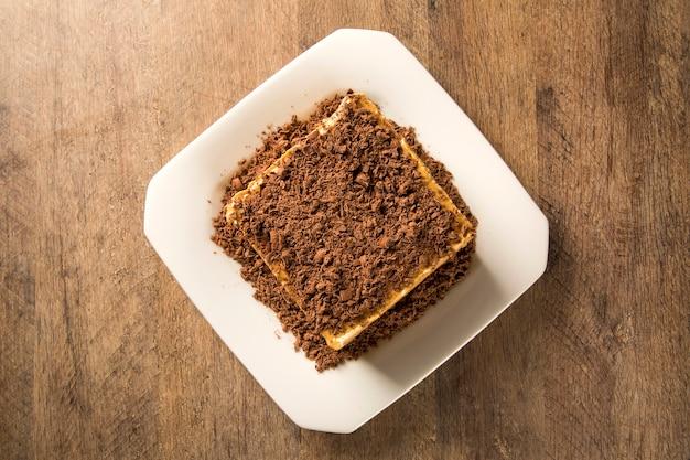 Close-up van een chocolade crème taart op een witte plaat