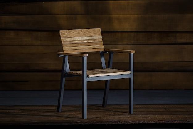 Close-up van een comfortabele stoel in loftstijl met armleuningen