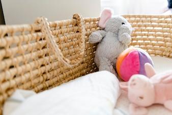 Close-up van een een babymand en speelgoed