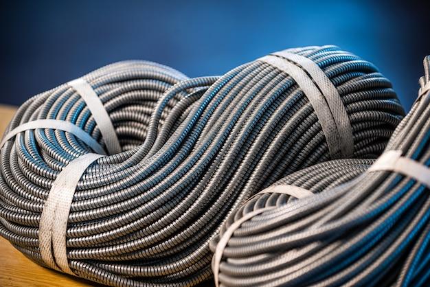 Close-up van een enorme bundel metalen flexibele buizen die in productie met elkaar zijn verbonden. het concept van moderne elektronische hoogspanningsapparaten en gespecialiseerde productie
