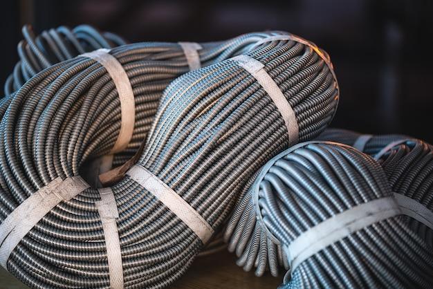 Close-up van een enorme bundel metalen flexibele buizen die met elkaar zijn verbonden in een fabriek of industriële fabriek. het concept van moderne mijnbouw of it van hightechindustrieën