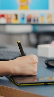 Close-up van een freelancer-fotograaf van een kleurontwerper die de foto van een klant bewerkt