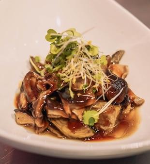 Close-up van een gastronomische portie van een champignon scramble in een chique restaurant