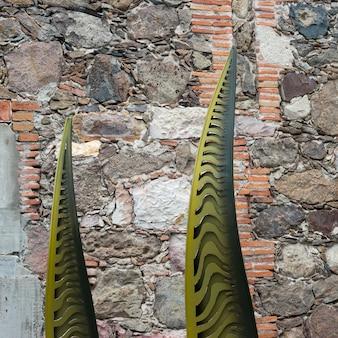 Close-up van een gebeeldhouwd kunstwerk door een stenen muur, santa cecilia, san miguel de allende, guanajuato, me