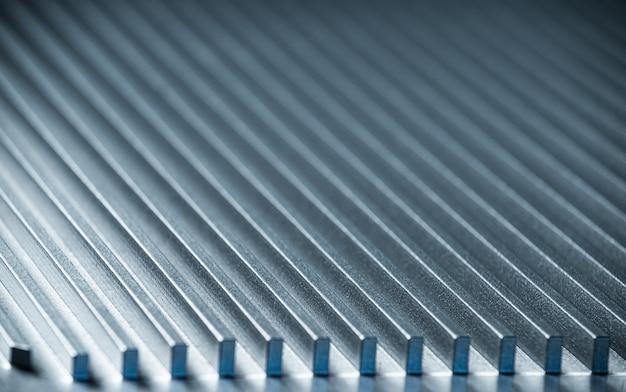 Close-up van een gecanneleerd metalen oppervlak naast een bedieningspaneel op een niet-geïdentificeerd automatisch bedieningsapparaat in een fabriek. het concept van geheime militaire productie
