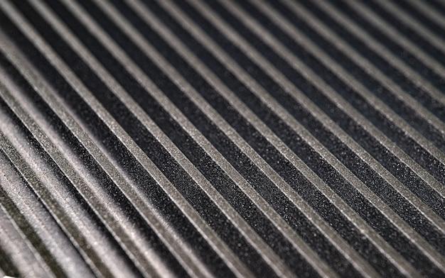 Close-up van een gecanneleerd metalen oppervlak op een niet-geïdentificeerd automatisch bedieningsapparaat in een autofabriek. het concept van geheime engineering. plaats voor tekst