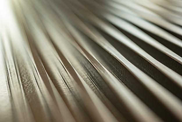 Close-up van een gegolfd metalen oppervlak van een niet-geïdentificeerde fabrieksapparatuur
