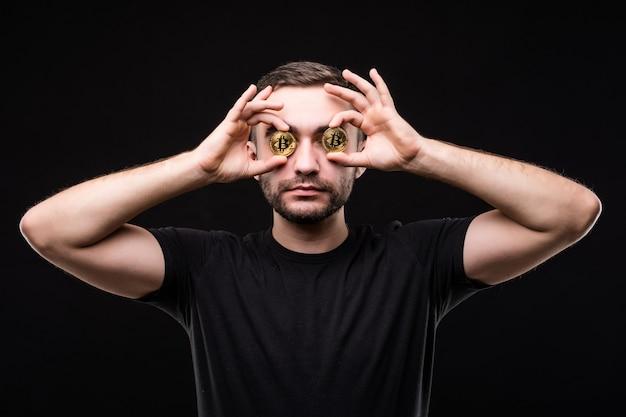 Close-up van een gekke ondernemer met bitcoins in zijn ogen wijzende vingers geïsoleerd dan zwart
