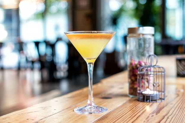 Close-up van een gele cocktail in een gestampt glas