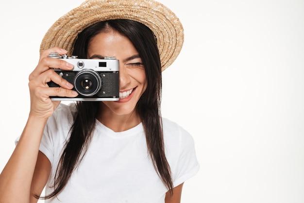 Close up van een gelukkige jonge vrouw in hoed