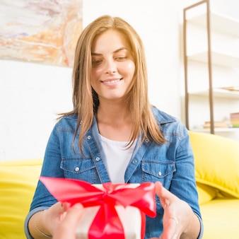 Close-up van een gelukkige vrouw die verjaardagsgift ontvangt