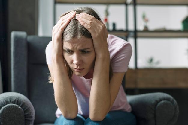 Close-up van een gestresste jonge vrouw
