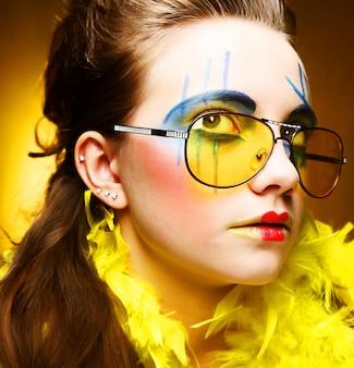 Close-up van een gezicht van een meisje met een creatief gezicht