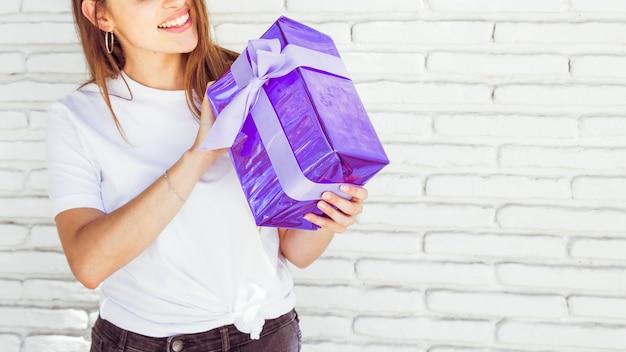 Close-up van een giftdoos van de vrouwenholding