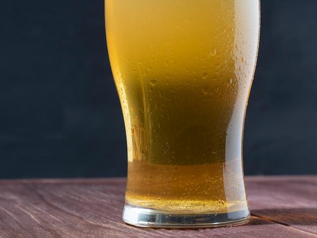 Close-up van een glas light bier. heldere verfrissende alcoholische drank