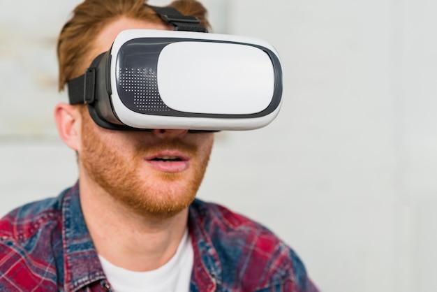 Close-up van een glimlachende mens die virtuele werkelijkheidsglazen draagt